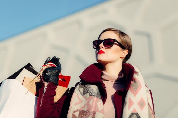 Mulher Segurando sacolas de compra
